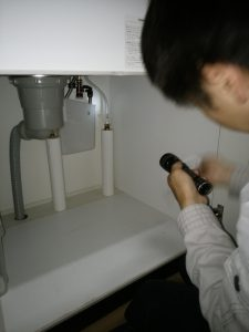 札幌市厚別区で蛇口の水漏れ シンク下を点検
