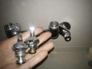 札幌市南区 お風呂の水漏れ修理 上部部品の写真