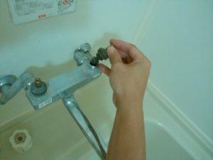 江別市 お風呂の水漏れ修理 上部部品を戻します
